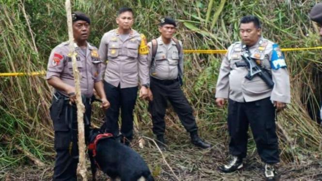 Polisi mengerahkan anjing pelacak untuk mencari jejak pembunuh wanita calon pendeta di Kabupaten Ogan Komering Olir, Sumatera Selatan, Kamis, 28 Maret 2019.