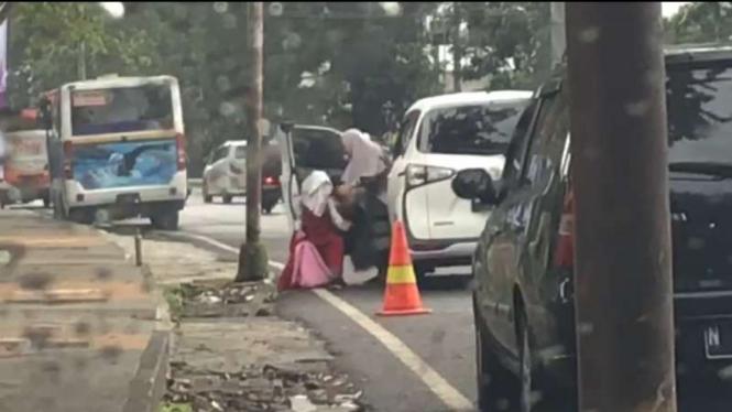 Tangkapan gambar video seorang wanita atau ibu berlaku kasar kepada seorang anak yang diperkirakan terjadi di Kota Malang, Jawa Timur.
