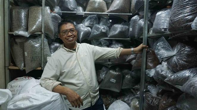 Suradi, Sosok di Balik Kios Dunia Kopi Pasar Santa Jakarta