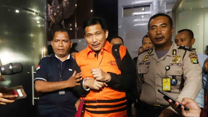 Anggota DPR Fraksi Golkar Bowo Sidik Pangarso (tengah) dibawa ke mobil tahanan usai menjalani pemeriksaan di Gedung KPK, Jakarta