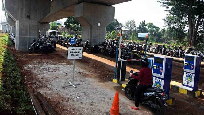 Pengendara motor mengambil karcis parkir di Park and ride Stasiun MRT Lebak Bulus, Jakarta, Kamis, 28 Maret 2019.