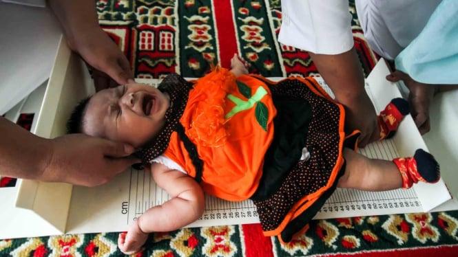 Petugas Kesehatan Puskesmas Muara Dua melakukan pemeriksaan stunting anak meliputi status gizi, berat badan dan tinggi badan di Desa Meunasah Alue, Lhokseumawe, Aceh