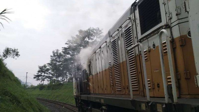 Kereta Argo Parahyangan mengeluarkan asap akibat gangguan mesin di jalur Padalarang, Kabupaten Bandung Barat, Jawa Barat, pada pukul 08.35 WIB, Sabtu, 30 Maret 2019.