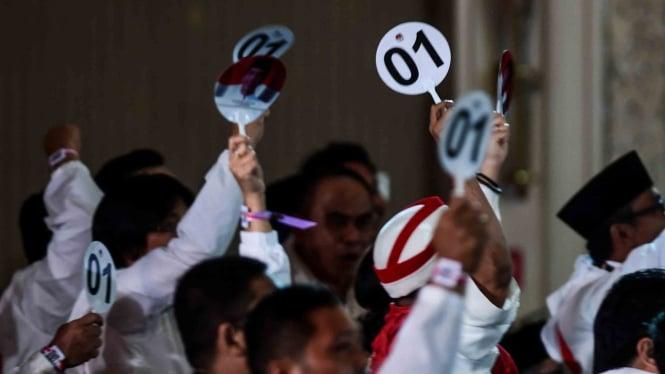 Pendukung capres nomor urut 01 menyaksikan debat capres putaran keempat di Hotel Shangri La, Jakarta, Sabtu, 30 Maret 2019.