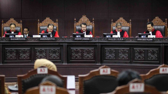 Ketua Mahkamah Konstitusi (MK) Anwar Usman (tengah) didampingi Hakim Konstitusi (dari kiri) Suhartoyo, Aswanto, Saldi Isra dan I Dewa Gede Palguna saat memimpin sidang putusan perkara pengujian Undang-Undang Nomor 7 Tahun 2017 tentang Pemilihan Umum