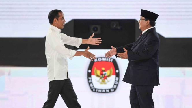 Capres nomor urut 01 Joko Widodo (kiri) dan capres nomor urut 02 Prabowo Subianto berjabat tangan saat mengikuti debat capres putaran keempat di Hotel Shangri La, Jakarta, Sabtu, 30 Maret 2019.