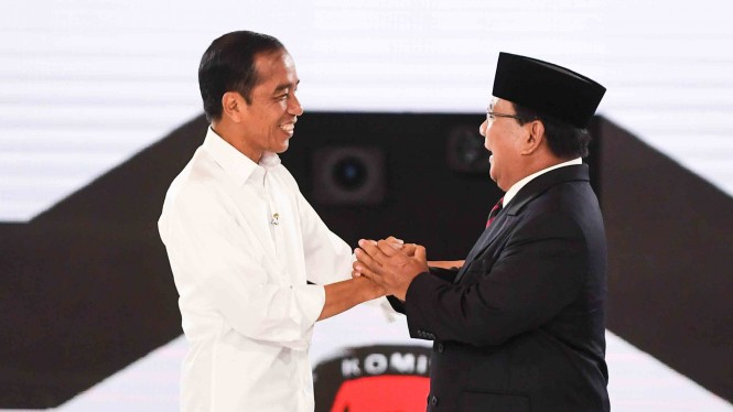 Capres nomor urut 01 Joko Widodo dan capres nomor urut 02 Prabowo Subianto berjabat tangan.