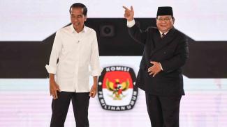 Capres nomor urut 01 Joko Widodo dan capres nomor urut 02 Prabowo Subianto usai mengikuti debat capres putaran keempat di Hotel Shangri La, Jakarta, Sabtu, 30 Maret 2019.