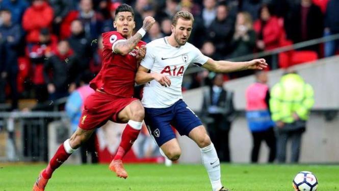 Duel striker Liverpool, Roberto Firmino dengan striker Tottenham, Harry Kane