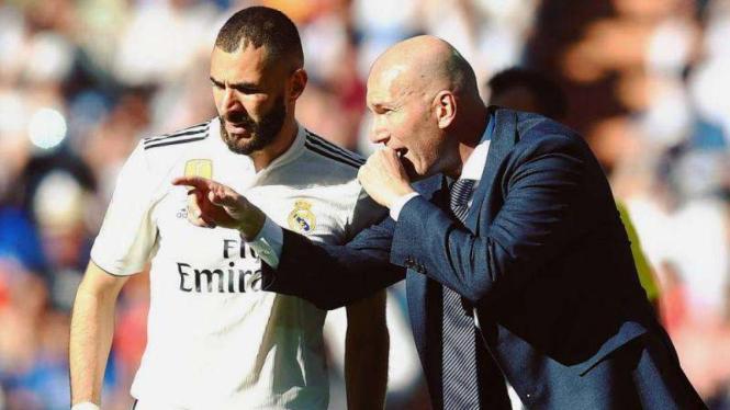 Pelatih Real Madrid, ZInedine Zidane (kanan), memberi instruksi  Karim Benzema