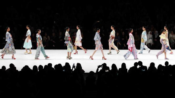 Model mengenakan busana rancangan Anna Budiman pada malam penutupan Indonesia Fashion Week (IFW) 2019 di Jakarta Convention Center, Jakarta, Minggu, 31 Maret 2019.