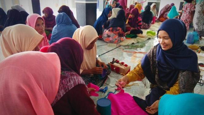Seorang instruktur memberikan pelatihan kepada ibu-ibu dan remaja putri di Desa Gampong, Blang Reuling, Kota Juang, Bireuen, Aceh.