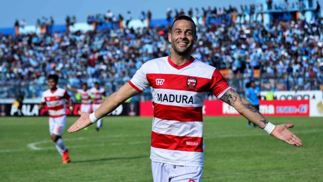 Pemain Madura United Aleksandar Rakic melakukan selebrasi usai menjebol gawang Persela dalam pertandingan babak delapan besar Piala Presiden 2019 di Stadion Surajaya Lamongan, Jawa Timur