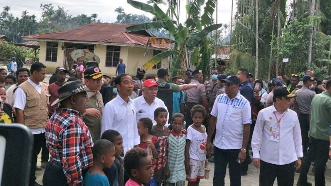 Presiden Jokowi meninjau lokasi terdampak banjir bandang di Sentani Jayapura