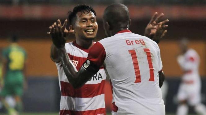 Pemain Madura United, Andik Vermansah dan Greg Nwokolo.