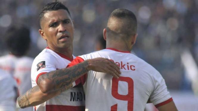 Pemain Madura United, Alberto 'Beto' Goncalves dan Aleksandar Rakic.