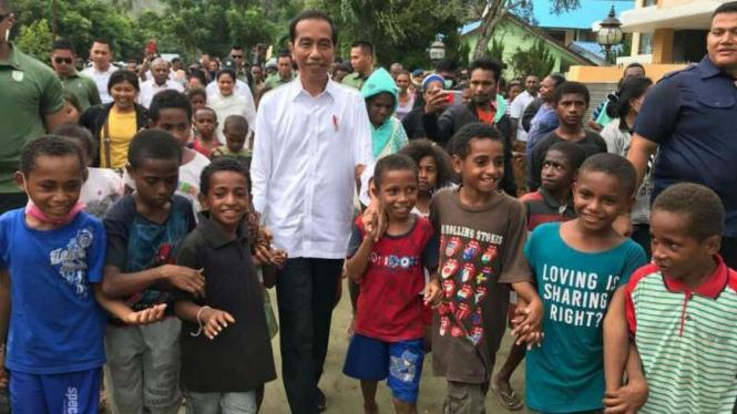 Presiden Jokowi bersama anak-anak di Sentani, Papua, Senin, 1 April 2019.