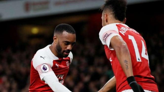 Pemain Arsenal, Alexandre Lacazette dan Pierre-Emerick Aubameyang rayakan gol.