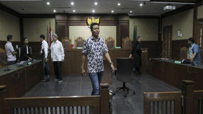 Terdakwa kasus suap DPRD Sumut Muslim Simbolon (tengah) dan Sonny Firdaus