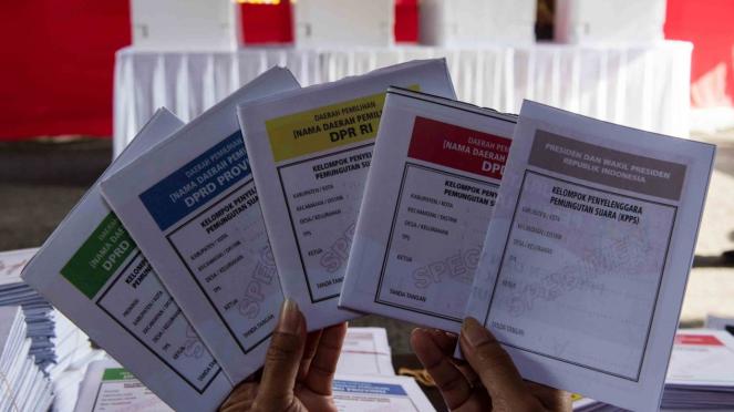 Petugas menunjukan contoh surat suara saat simulasi pemilihan umum (Pemilu) 2019 di KPU Provinsi Jabar, Bandung, Jawa Barat, Selasa, 2 April 2019.