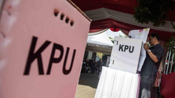 Warga mengikuti simulasi pemilihan umum (Pemilu) 2019 di KPU Provinsi Jabar, Bandung, Jawa Barat, Selasa, 2 April 2019.