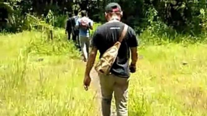 Para awak media berjalan pulang setelah ditelantarkan pihak Balai Taman Nasional
