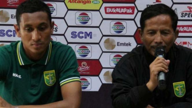 Pelatih Persebaya Surabaya, Djadjang Nurdjaman (kanan)