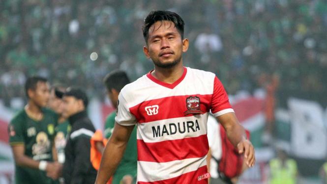 Pemain Madura United, Andik Vermansah menangis usai kalah dari Persebaya Surabaya di Stadion Gelora Bung Tomo (GBT) Surabaya, 3 April 2019.