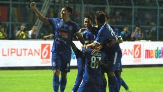 Para pemain Arema FC merayakan gol