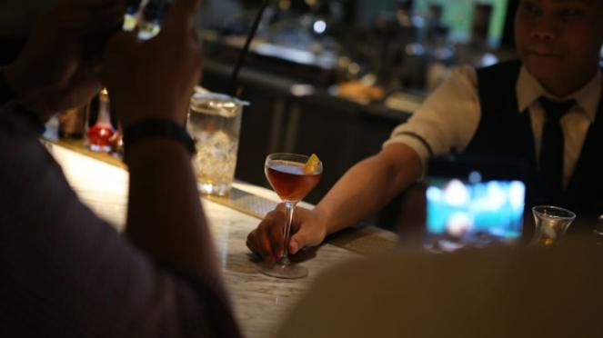 Minum alkohol, wiski salah satu gaya hidup tak sehat