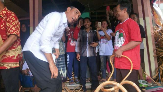 Presiden Joko Widodo saat di pengrajin rotan Plered, kota Cirebon.