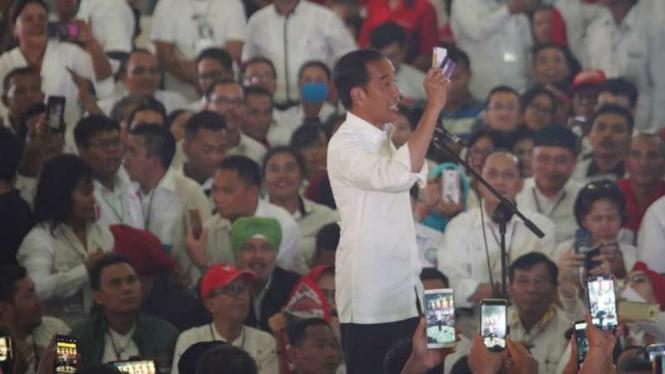 Jokowi Isyaratkan Tiga Kartu Aktif Tahun Depan
