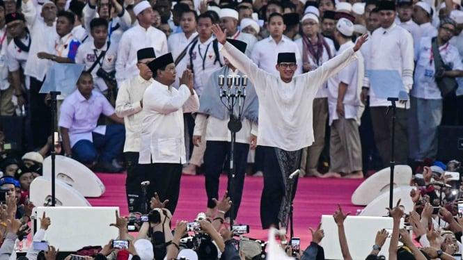Pasangan capres-cawapres nomor urut 02 Prabowo Subianto (kiri) dan Sandiaga Uno menyapa pendukungnya saat kampanye akbar di Stadion Utama Gelora Bung Karno, Jakarta, Minggu 7 April 2019.