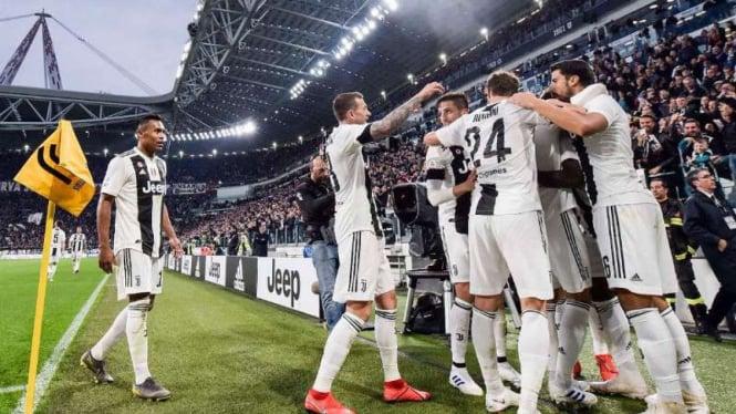 Para pemain Juventus rayakan gol.