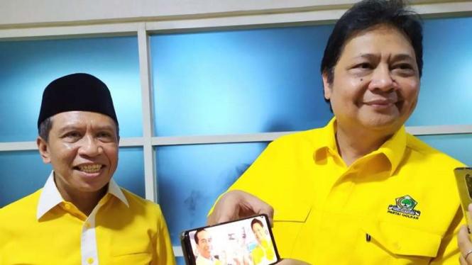 Ketua Umum Partai Golkar Airlangga Hartarto (kanan) menunjukan aplikasi G4AR