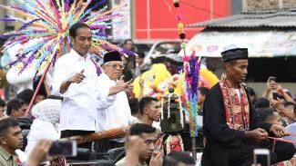 Calon Presiden dan Calon Wakil Presiden nomor urut 01 Joko Widodo dan Maruf Amin menyapa masyarakat Tangerang saat Karnaval Indonesia Satu di Banten, Minggu, 7 April 2019.