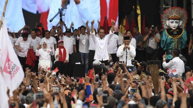 Calon Presiden dan calon Wakil Presiden nomor urut 01 Joko Widodo (ketiga kanan) dan Maruf Amin (kedua kanan) menyapa masyarakat Tangerang saat Karnaval Indonesia Satu di Banten, Minggu, 7 April 2019.