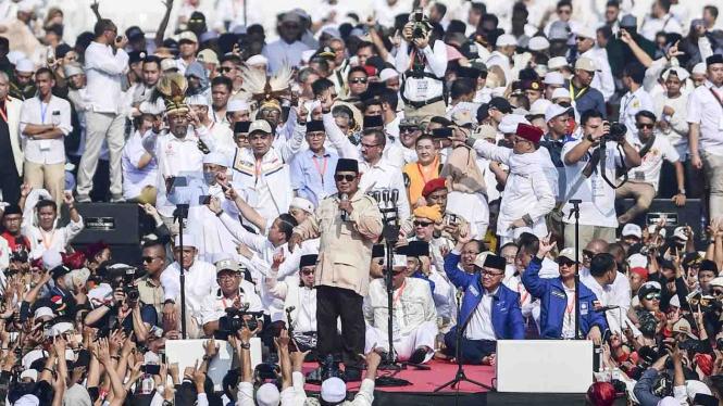 Calon presiden nomor urut 02 Prabowo Subianto menyampaikan orasi politik saat kampanye akbar di Stadion Utama Gelora Bung Karno, Jakarta, Minggu, 7 April 2019.