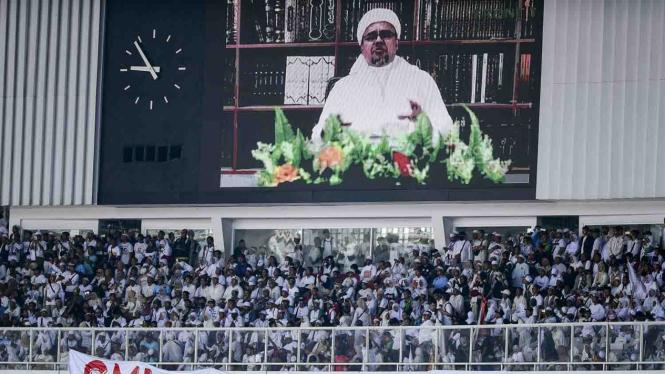 Layar menyiarkan video Imam Besar Front Pembela Islam (FPI) Rizieq Shihab saat kampanye akbar pasangan capres-cawapre nomor urut 02 Prabowo Subianto dan Sandiaga Uno di Stadion Utama Gelora Bung Karno, Jakarta, Minggu, 7 April 2019.