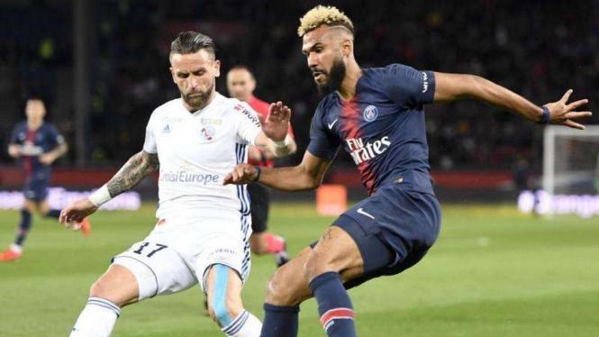 Penyerang Paris Saint-Germain (PSG), Eric Maxim Choupo-Moting (kanan)