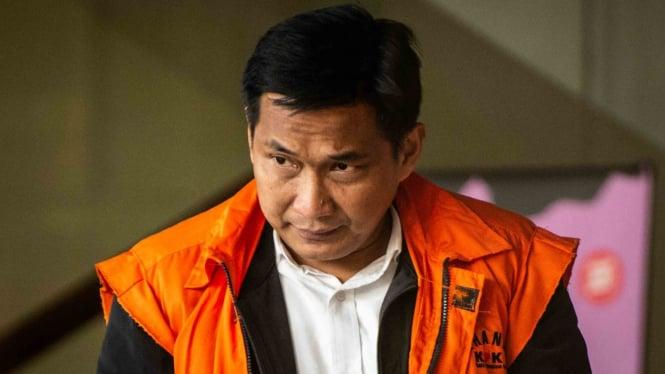 Tersangka kasus dugaan suap distribusi pupuk Bowo Sidik Pangarso meninggalkan gedung KPK seusai menjalani pemeriksaan di Jakarta