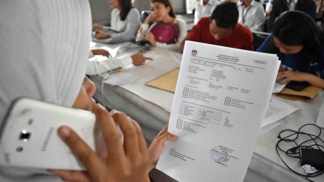Sejumlah warga mengurus surat pemindahan Tempat Pemungutan Suara (TPS) atau formulir A5 di Kantor Komisi Pemilihan Umum Daerah (KPUD) Jakarta Pusat, DKI Jakarta, Senin, 8 April 2019.