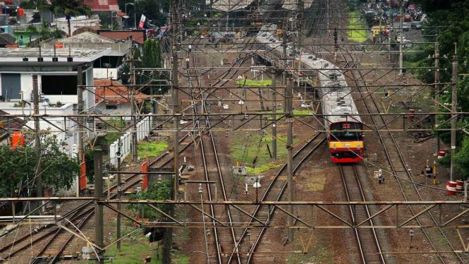 Kereta listrik (KRL) melintas di jalur rel kereta Stasiun Bekasi di Bekasi.