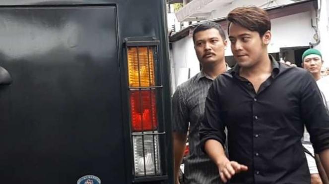 Kriss Hatta menjadi terdakwa atas kasus pemalsuan surat nikah.