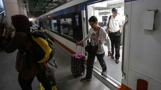 Sejumlah penumpang berjalan keluar dari kereta api bandara di stasiun BNI City, Jakarta, Selasa, 9 April 2019.