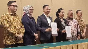 Panelis dan moderator debat pilpres melakukan penandatanganan pakta integritas.