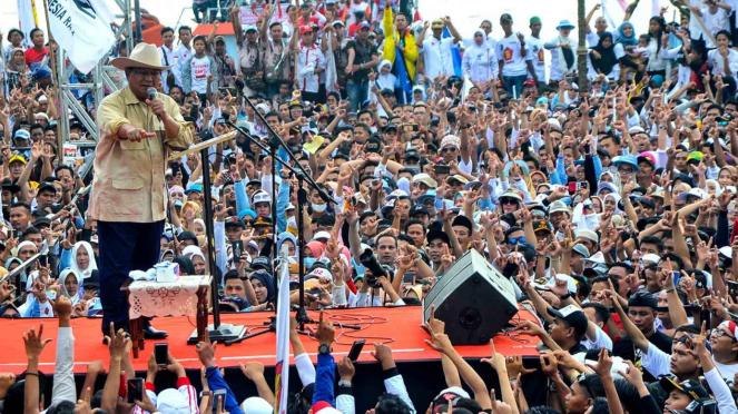 Calon Presiden nomer urut 02 Prabowo Subianto menyampaikan orasi politiknya di hadapan pendukung dan simpatisan yang memadati pelataran Benteng Kuto Besak Palembang pada Kampanye akbar, di Palembang, Sumsel