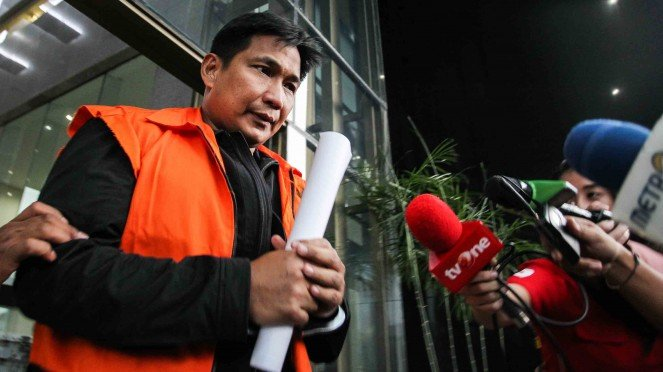 Tersangka kasus dugaan suap distribusi pupuk, Bowo Sidik Pangarso bergegas menuju mobil tahanan seusai menjalani pemeriksaan di gedung KPK, Jakarta