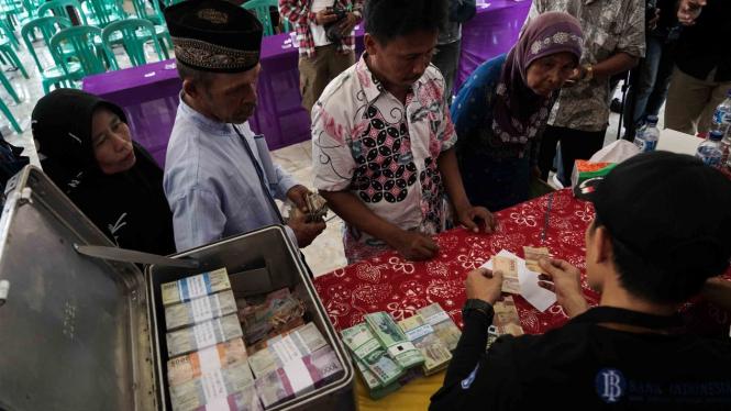 Warga melakukan penukaran uang kepada Tim Penukaran Uang Keliling Bank Indonesia, di Desa Klaces, Kampung Laut, Cilacap, Jateng, Rabu, 10 April 2019.