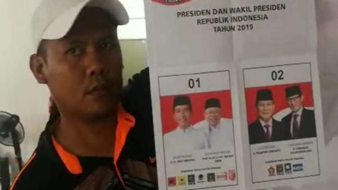 Relawan menemukan surat suara capres 01 sudah dicoblos di Kuala Lumpur, Malaysia.